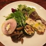 食堂Tavolino - 香ばしく炙ったカツオのタタキやフリッタータ、クリームチーズを巻いた鶏肉のインボルティー二など