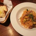 食堂Tavolino - ホタルイカとズッキーニのトマトソース、ローズマリーを練り込んだ自家製パン