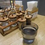 マンゴツリーキッチン パッタイ - 内観;調味料、水
