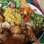 シナモンガーデン - スリランカスタイルワンプレート(チキン) ジャスミン米で。ほどよい辛さ。野菜系のおかずのうちの1品、大豆ミートのサブジのようなもの、深みがあってとても気に入りました。今年いただいたカレー、いまのところNo.1のお気に入り。
