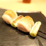 焼鳥 茜 - 胸肉のネギ間、大葉を挟んで