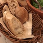 ワインの酒場。ディプント - おかわり自由のパン