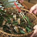 京亭 - 鮎の塩焼きは竹ザルから器へ