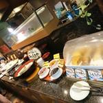 あけびの実 - 手前よりパン、うどん。天ぷらは常備されてる玉ねぎさつま芋エリンギ等の他揚げたてメニューもある(奥)