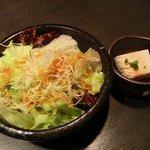 渋谷宇田川町のひもの屋 - サラダと冷奴