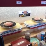 回転寿司 魚敬 - こーんな感じで流れて来ます。
