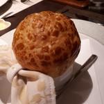 ボナ・フェスタ - パイ生地でふたをして焼いたホタテとキノコのクリームスープ