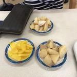 かしい亭 - 取り放題の惣菜類! 他には千切りキャベツやカリカリ梅、カブの漬物!