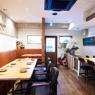 温かみと落ち着きのある空間で、お酒とお食事をゆっくりと味わう