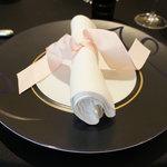 ガストロノミー ジョエル・ロブション - 【2011/3/6】テーブルクロスは黒、お皿も黒。シックな雰囲気です♪