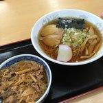 前沢サービスエリア(下り線)スナックコーナー - ラーメンミニ牛すき丼セット 780円