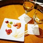 信州くらうど - 信州燻製ハーブ鶏とチーズの盛り合わせと辛口白ワイン