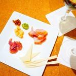 信州くらうど - 信州燻製ハーブ鶏とチーズの盛り合わせ
