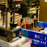 ヤッホーブルーイング - パッキングは1つ1つ機械にセットして行う