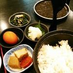 rengaya - ご飯はおひつでも出て来ます。行った時はお刺身がなかったようで、生卵、生わかめ、大根おろし、煮物付き。