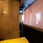 肉盛り割烹×和モダン個室居酒屋 赤坂美食倶楽部 - 店内のテーブル席の風景です