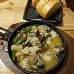 かきっこ商店 - 牡蛎と海老のアヒージョにはパンが付く