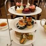 TWG Tea - 最上段にはスイーツ5種、2段目と3段目はセイボリー(サンドイッチなど)5種、選べる紅茶2ポット付き