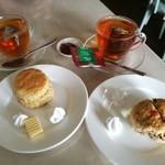 92888678 - 左はクリームスコーンRM2.80、右はストロベリーフルーツスコーンRM3.00、BOH TEAなど紅茶2種類も各RM3.00