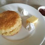 92888685 - 温かくサクサク素朴な味わいのスコーンは、バターや自家製苺ジャム、ホイップクリーム付き