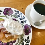 カフェ シブル - 料理写真:ケーキセット¥800…りんごタルトとホットコーヒー