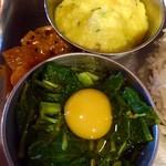 カルパシ - モロヘイヤとウズラ卵、だし汁とマサラを加えたおひたし:サバと混ぜるとベストマッチ! 豆とカボチャとココナツのクートゥ:レモンチキンカリーと合わせるとベスト!