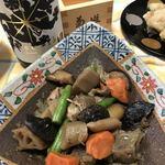菊乃井 - 筑前煮。七味をたっぷりと振りかけます。合わせるのは姫路の銘酒、龍力! でも何故か枡は菊姫