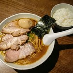 中華そば うめや - 料理写真:特製うめやそぱの中盛と平日サービスのライス