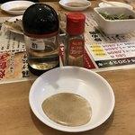 大衆酒場肉のオカヤマ - 今回は胡椒&酢のつけダレで食べてみる