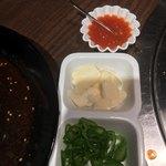 焼肉 MIYAKOYA - 包み野菜の薬味 (緑の薬味が辛い)
