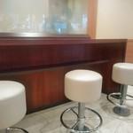 ドトールコーヒーショップ - [内観] 店内 カウンター席 (禁煙)