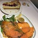 IKEAレストラン - サーモンマリネとベリーベリーチーズケーキ