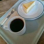 スウィンギング バード キッチン - チーズケーキとコーヒー