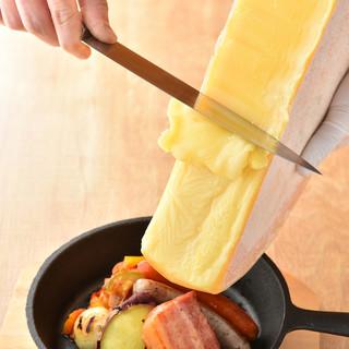 目の前でとろけるラクレットチーズチーズをたっぷりと!