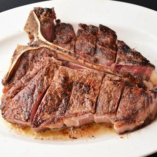 特製スパイスで40日間熟成させた骨付きステーキが堪能できる店