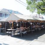 花山 - 放生会期間中だけは、こんな風に店舗スペースに加えてテントが造営されています。