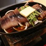 遊酒 - スルメイカを丸ごとイカゴロと野菜を混ぜ合わせ、特製のタレで煮込む料理です。七輪で提供されます。スルメイカ漁師焼・798円