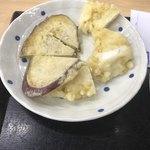長寿うどん 本店 - さつまいもとイカの天ぷら。切ってあるので食べやすい。