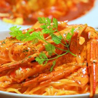 大人気「渡り蟹のトマトクリームパスタ」。美味しい一皿で乾杯