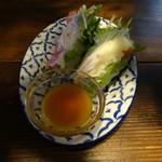 新宿 ランブータン - サーモンとクリームチーズのパクチー生春巻き 780円