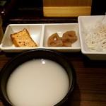 吾照里 - 小鉢とマッコリ。