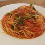 92970566 - トマトソースはサラサラ軽くスープのよう、鯛やイサキ、しまあじなどの魚介や大根菜、玉葱など具は大きめ