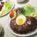 キッチン ダイシン - ハンバーグステーキ 840円 と、チキン唐揚げ 840円(税込)。      2018.09.18