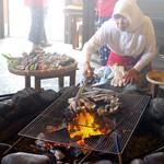 海女小屋はちまんかど・あさり浜 - 海女さんが朝にとってきた海産物を目の前でやいてくれます。