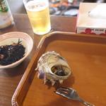 海女小屋はちまんかど・あさり浜 - テーブルの上にお盆がおかれ、