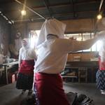 海女小屋はちまんかど・あさり浜 - 団体だと最後に海女さんの踊りを披露していただけます。