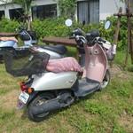 海女小屋はちまんかど・あさり浜 - 海女さんののっている原付バイク。キーが差しっぱなし。
