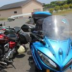 海女小屋はちまんかど・あさり浜 - 駐車場は砂利ですけど、砂利でない駐車場が小さなスペースですがあります。