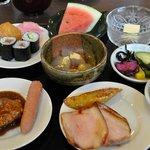 食べくらべ - 第二順目 寿司は3種 煮込みハンバーグ、ボイルソーセージ、叉焼、大学芋、普通の餡子入り餅、ヨモギ餅、わらび餅