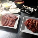 92981067 - 左が「ヒレ肉ランチ」、右が「スタミナカルビランチ」のお肉です。